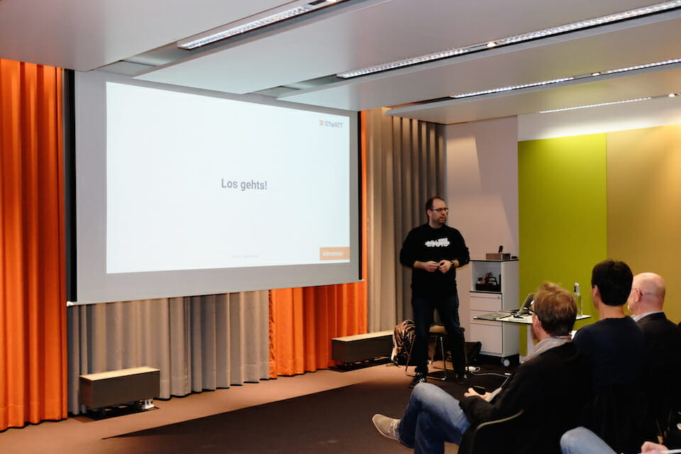 Erster Vortrag des Abends von André Goldmann zum Thema Competitive Intelligence bei der Suchmaschinenoptimierung