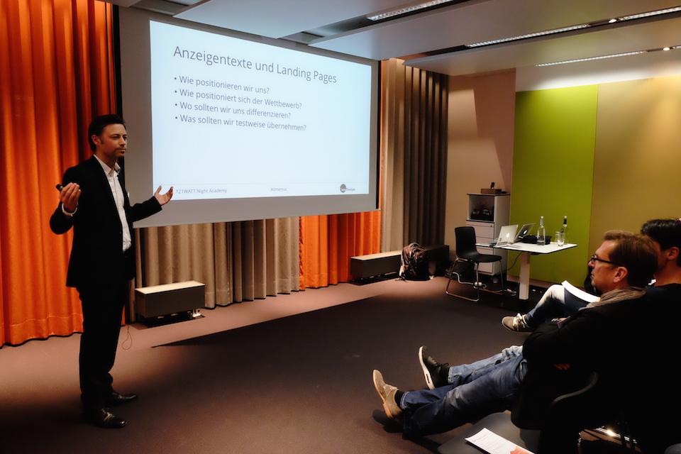 Oliver Zenglein (SEM Boutique) trägt zum Thema AdWords Wettbewerberanalyse vor.